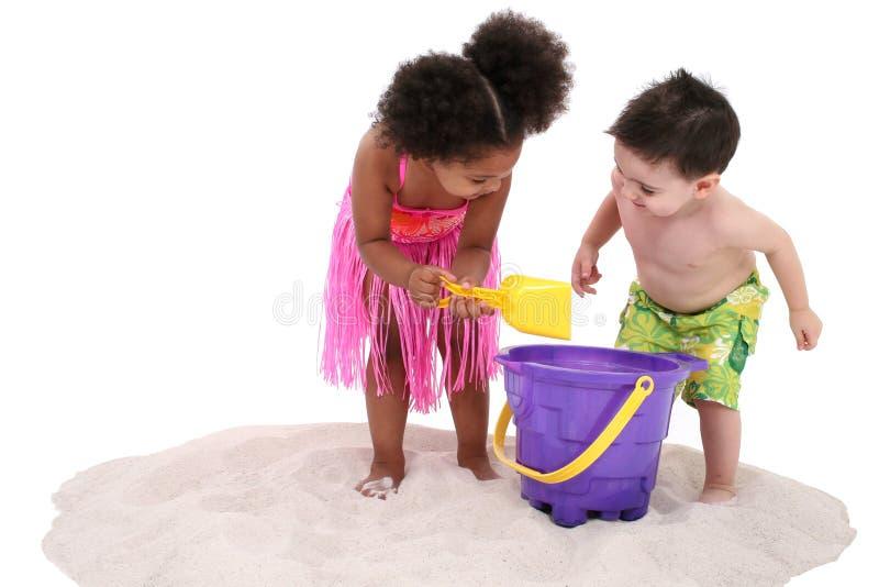 Aanbiddelijke Peuters die in het Zand spelen stock fotografie