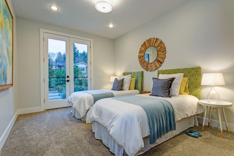 Aanbiddelijke slaapkamer met een paar eenspersoonsbedden stock foto's