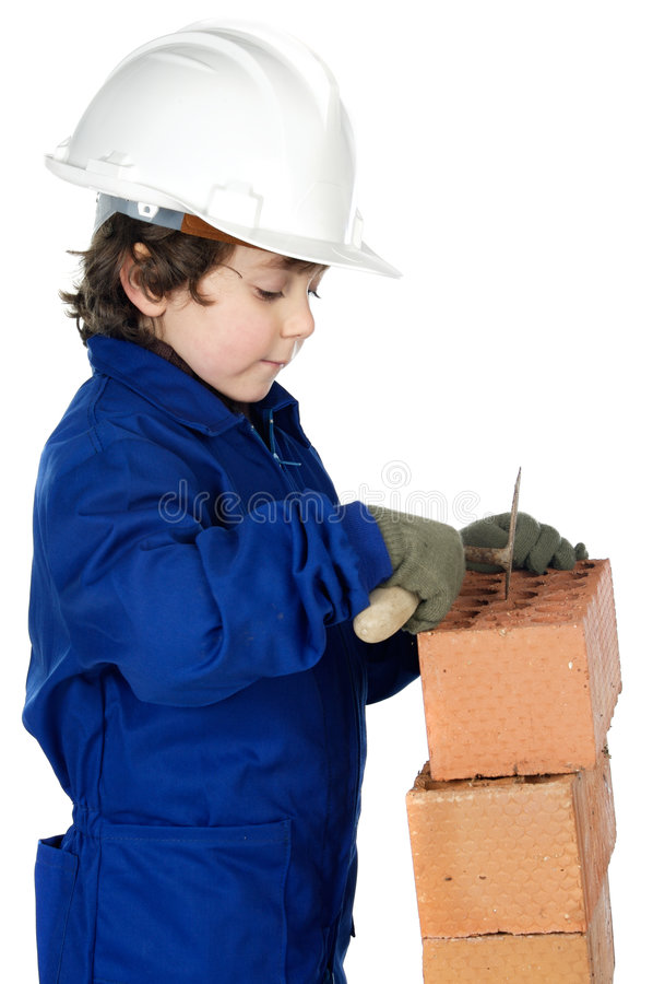 Aanbiddelijke toekomstige bouwer die een bakstenen muur construeert stock afbeelding