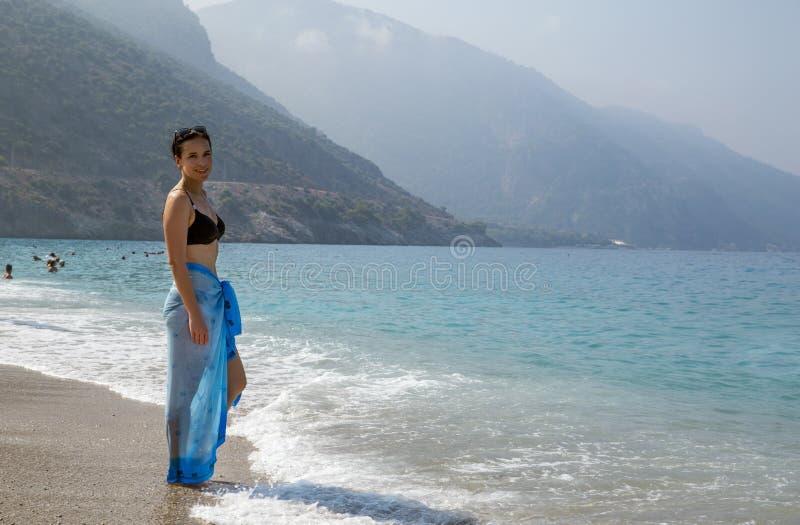 Aanbiddelijke vrouw in bikini op het strand in Oludeniz, Turkije stock afbeeldingen