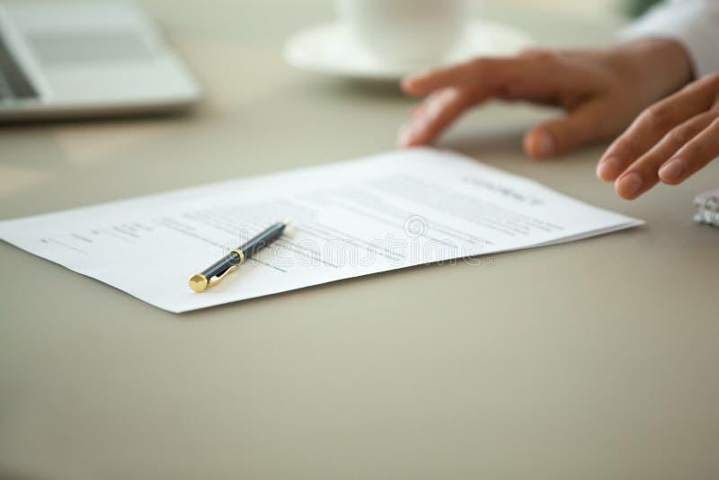 Aanbiedend om contractconcept te ondertekenen, dicht omhoog bekijkt het wettelijke document stock fotografie