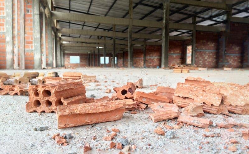 In aanbouw eindigt het platform voor onroerende goederen en projectconcept Het materiaal van geringe kwaliteit stock afbeeldingen