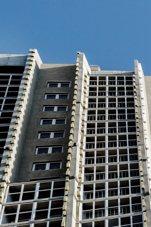 In aanbouw flatgebouwmening van onderaan over de muur met vensters stock foto's