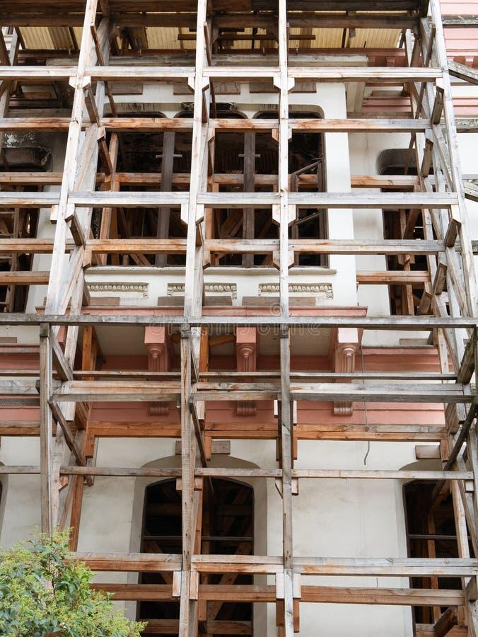 In aanbouw of reparatierestauratie bouwend voorgevel met steiger stock fotografie
