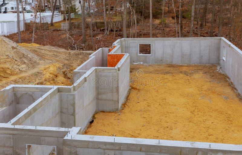 In aanbouw stichtings nieuw huis met cement stock afbeeldingen
