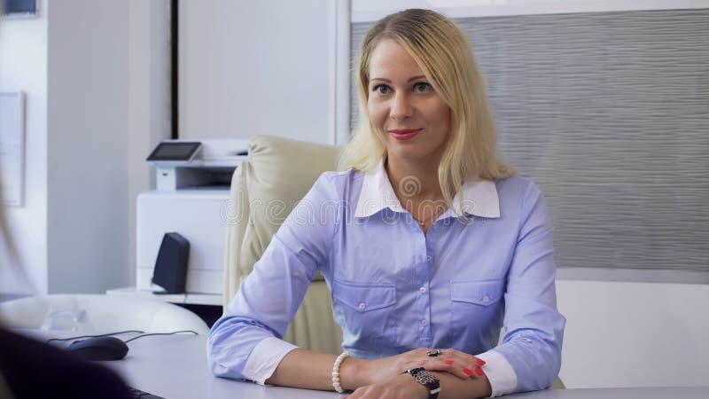 Aandachtige bankdirecteur luister en raadplegende cliënt, hoogte - de kwaliteitsdiensten stock afbeeldingen