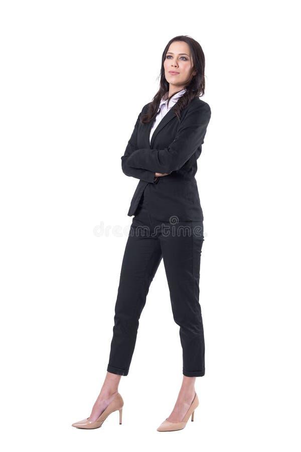 Aandachtige mooie bedrijfsvrouw die in zwart kostuum omhoog interessant kijken stock afbeeldingen