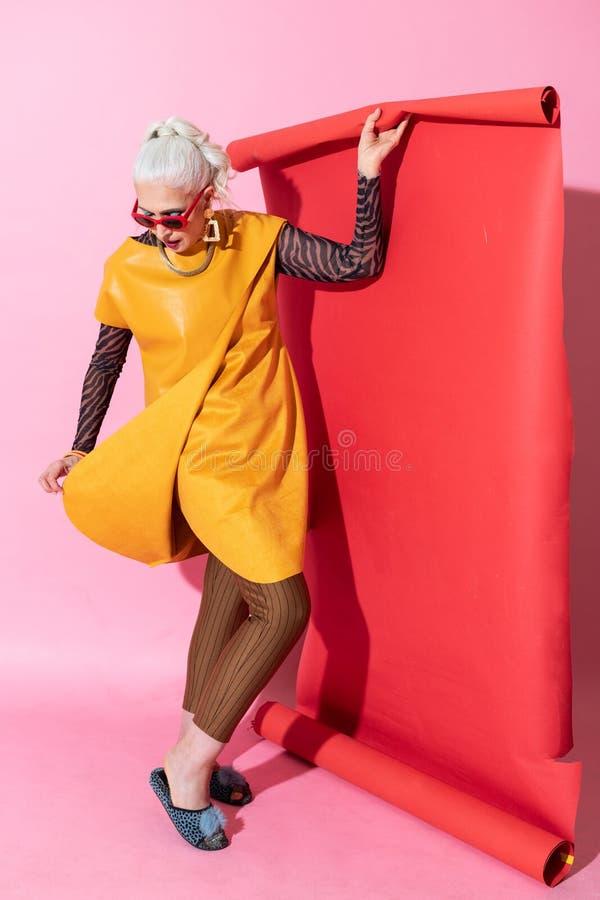 Aandachtige rijpe vrouw die naar beneden schoenen bekijken royalty-vrije stock afbeelding