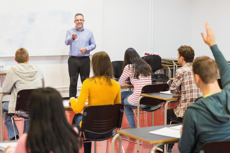 Aandachtige studenten en leraar in het klaslokaal stock fotografie