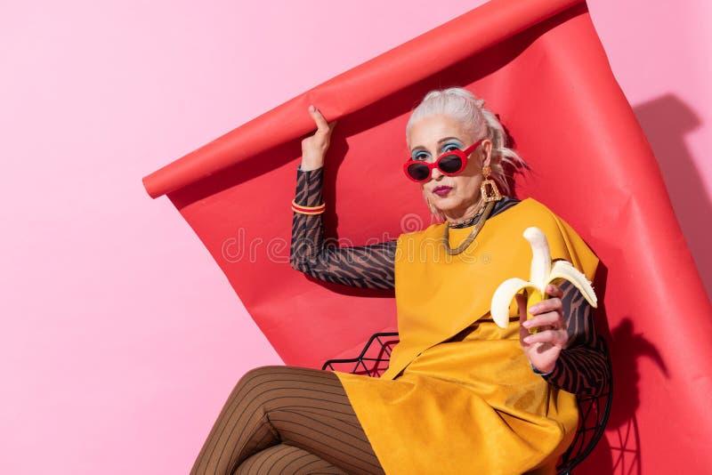 Aandachtige vrouwelijke persoon die over dinertijd denken royalty-vrije stock foto