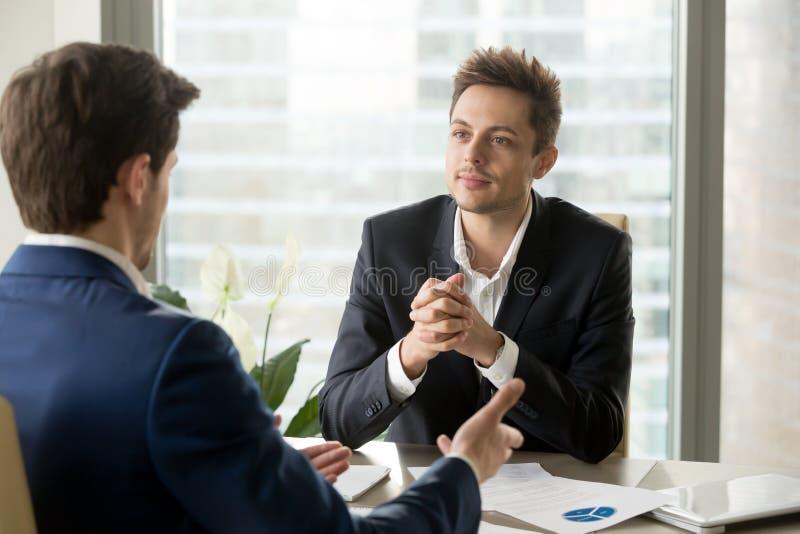 Aandachtige zakenman die aan partner het spreken duri luisteren royalty-vrije stock foto