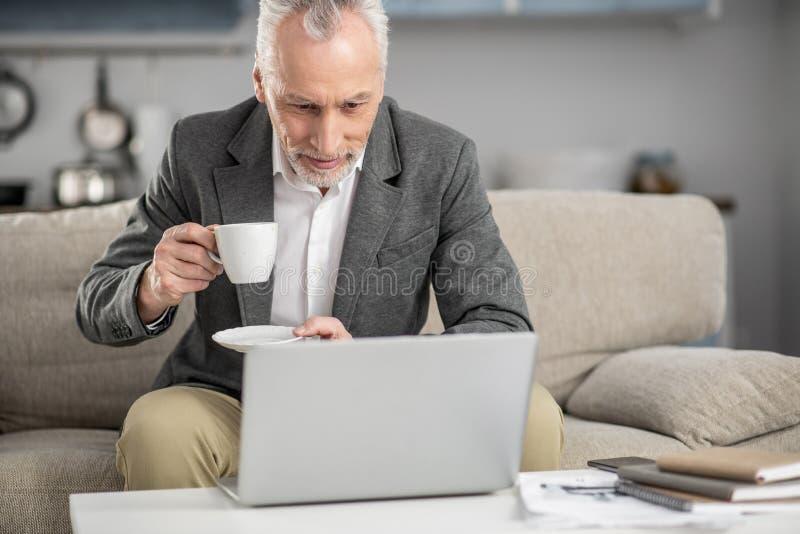 Aandachtige zakenman die goed nieuws lezen stock afbeelding