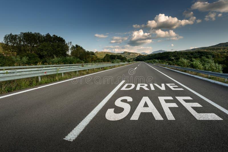 Aandrijvings veilig bericht op de weg van de Asfaltweg door het platteland stock foto's
