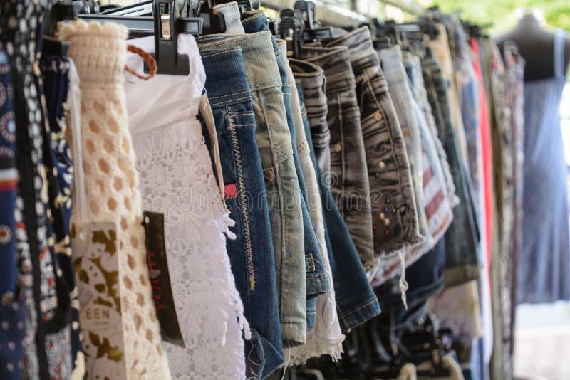 Aangeboden kleding voor verkoop stock foto