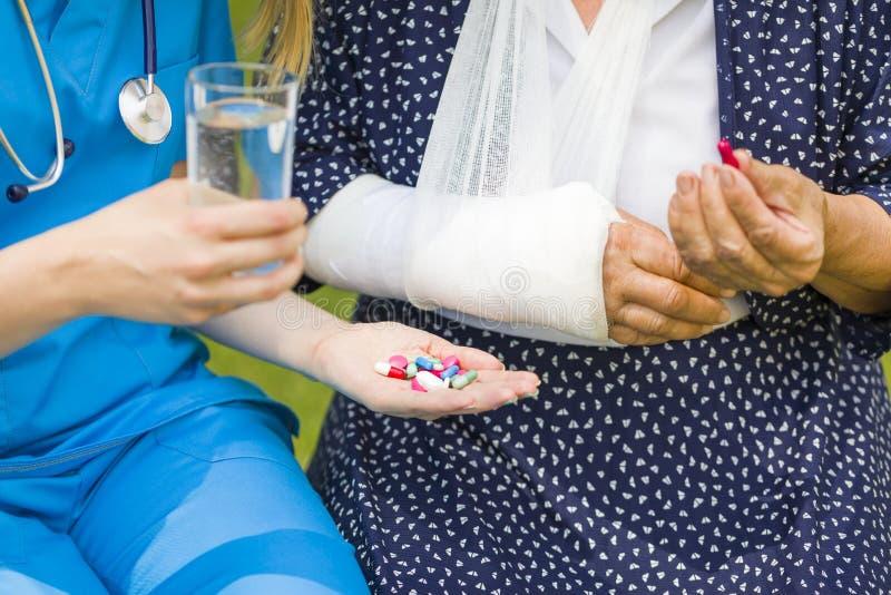 Aangeboden pillen tegen pijn stock foto