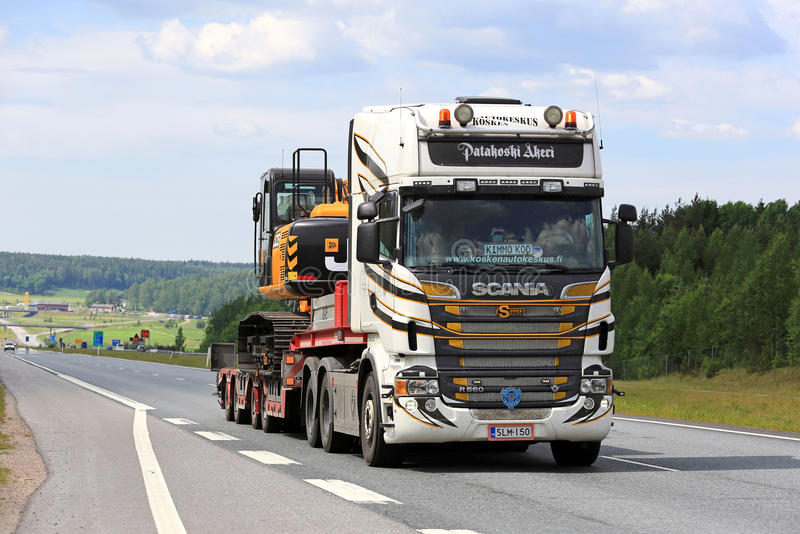 Aangepast Semi de Afstandengraafwerktuig van Scania R560 langs Snelweg stock foto's