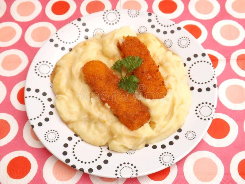 Aangepaste Aardappels met vissen stock foto's