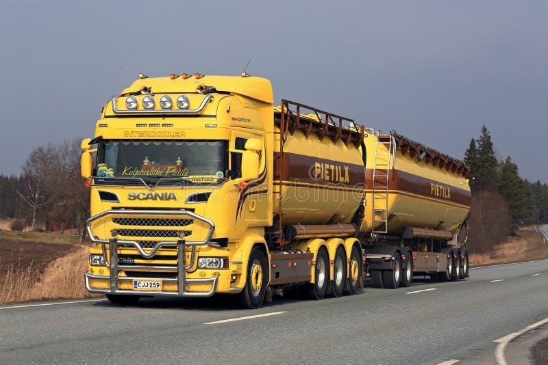 Aangepaste Gele Scania-Tankwagen stock foto