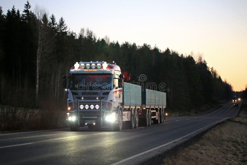 Aangepaste Scania-Lichten op Donkere Landelijke Weg royalty-vrije stock fotografie