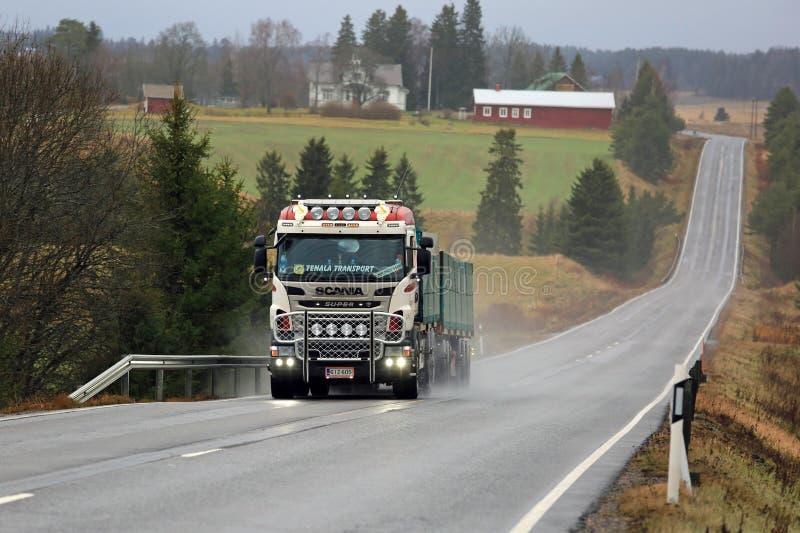 Aangepaste Scania-Vrachtwagen van MHL-trans in Landelijk Landschap stock foto's