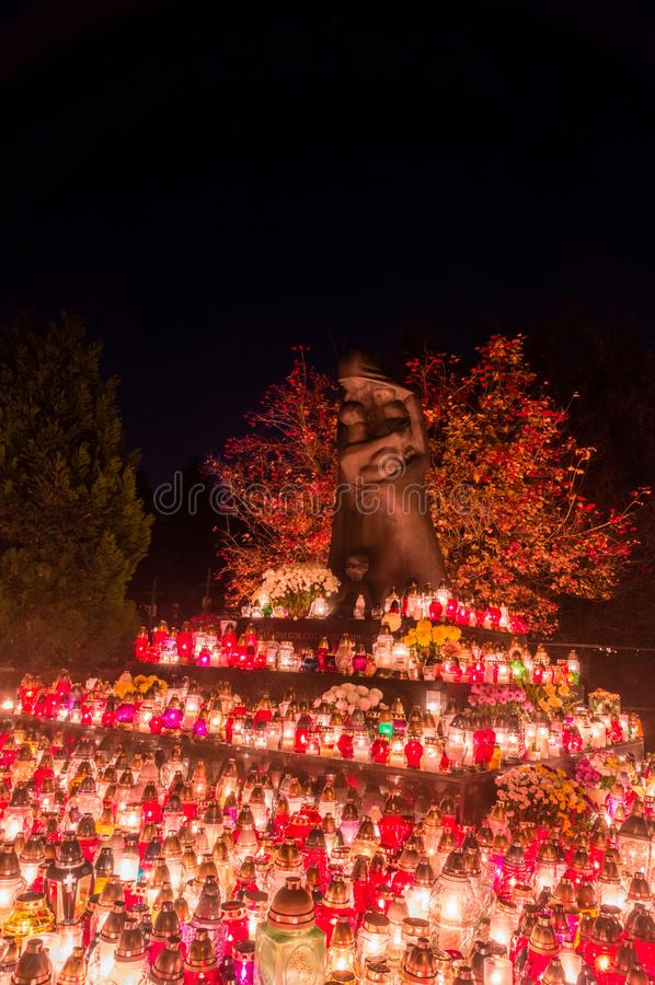 Aangestoken kaarsen bij monument aan Slachtoffers van het Oosten Golgotha bij bij de Dag van Alle Heiligen Monument bij de begraa royalty-vrije stock afbeeldingen