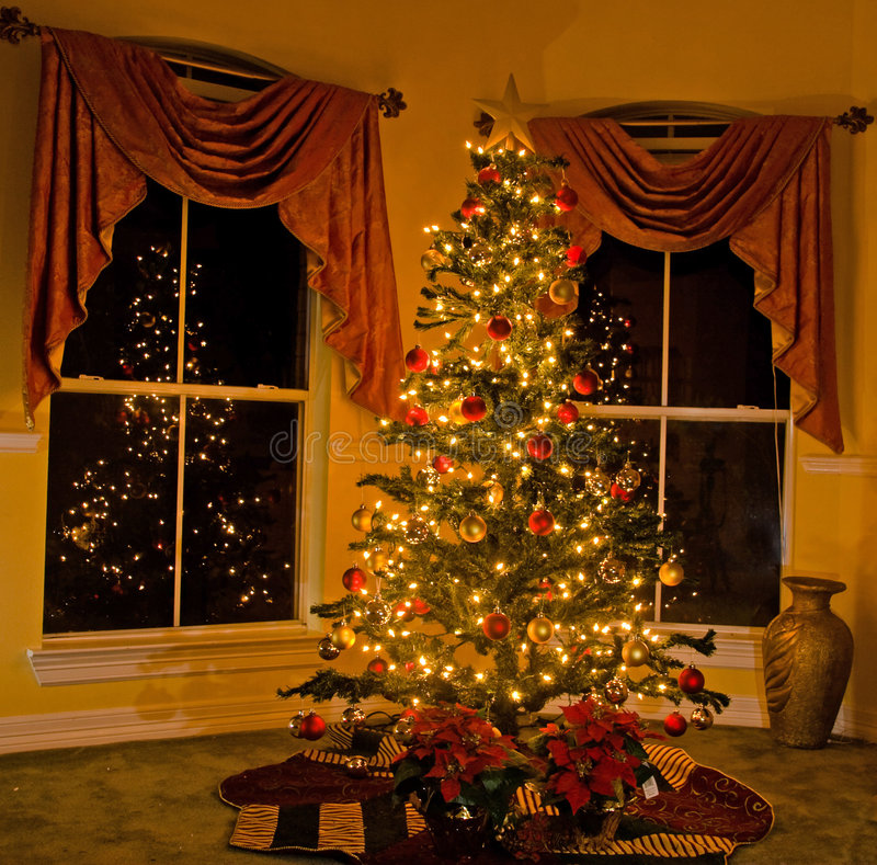 Aangestoken Kerstmisboom in comfortabel huis stock afbeelding