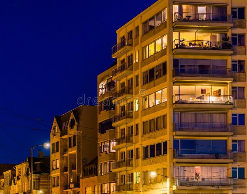 Aangestoken stadsflats en gebouwen 's nachts, Blankenberge, België stock afbeelding