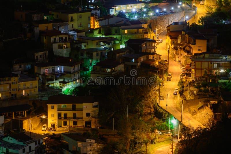 Aangestoken straat bij nacht in Italië Panorama met aangestoken st royalty-vrije stock fotografie