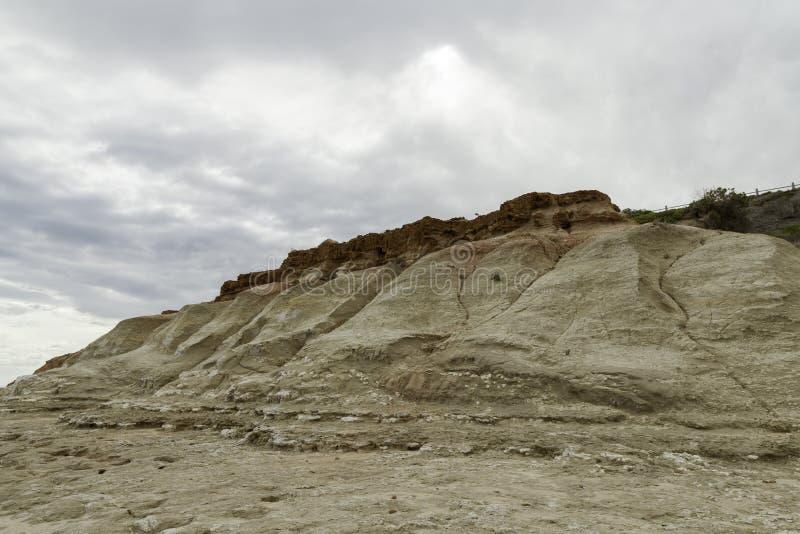 Aangetaste klippengezichten bij het strand van havennoarlunga royalty-vrije stock fotografie