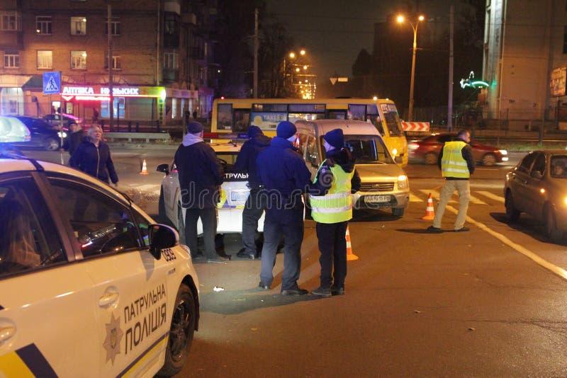 Aangezette politiewagen met lichten Stadslichten op de achtergrond Met wijnoogst en onduidelijk beeldeffect stock foto