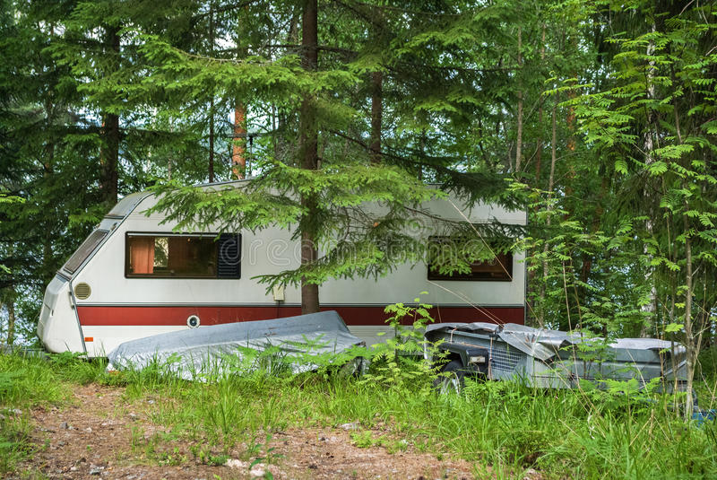 Aanhangwagen in bos stock afbeeldingen