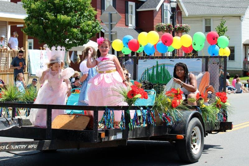 Aanhangwagen dragende kinderen door Al Parade van Dingenoz, Chittenango, New York, 2018 royalty-vrije stock afbeeldingen