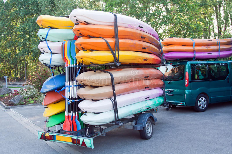 Aanhangwagen met kajaks en peddels stock foto's