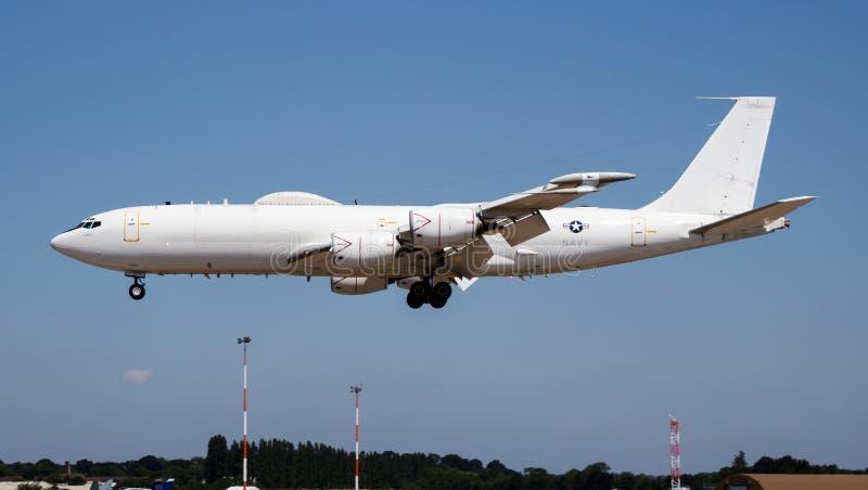 Aankomst en landing van de Amerikaanse marine Boeing E-6B Mercury Airborne Command Airborne en landing voor RIAT Royal Internatio stock foto's