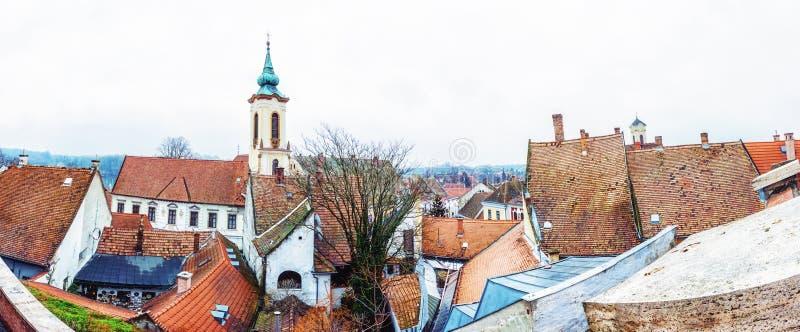 Aankondigingskerk en rode daken van huizen, Szentendre, Hongarije stock fotografie