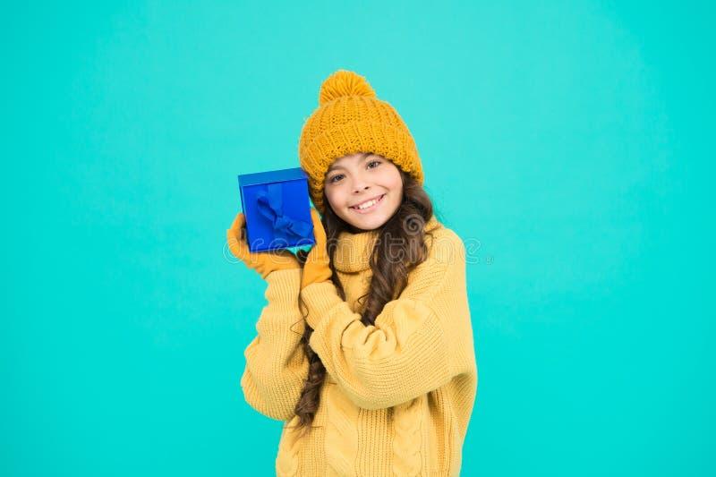 Aankoop in orde kleine geheime voordoos aangename verrassing voor haar wintervakantiegeschenken st nicolas dag xmas stock foto's