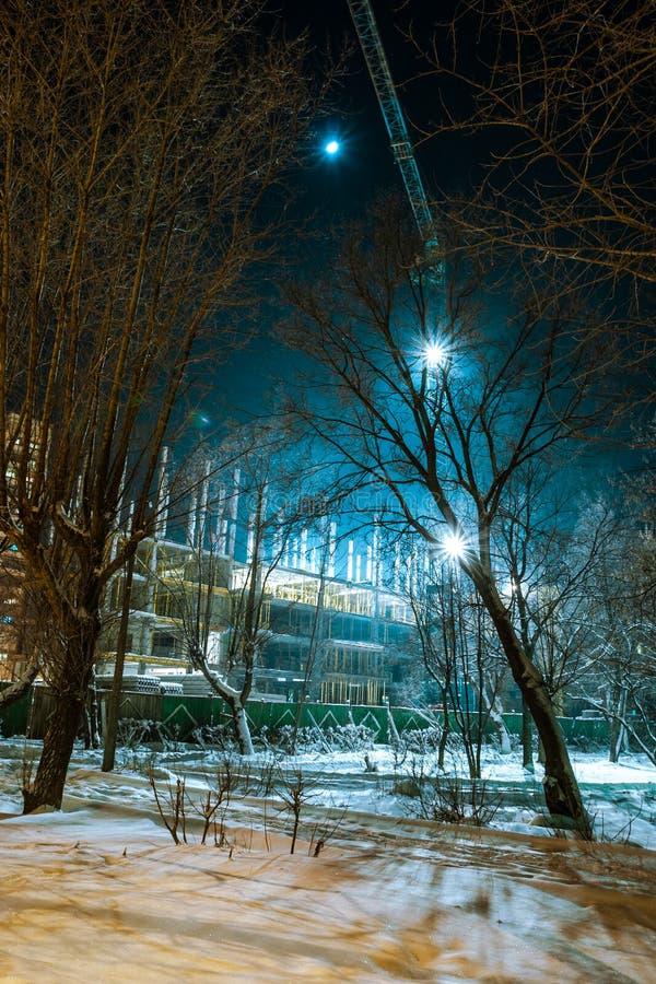 Aanleg van een versterkt betonnen appartementencomplex met een kraan in de winter, stad Yoshkar-Ola, Mari El, Rusland royalty-vrije stock fotografie