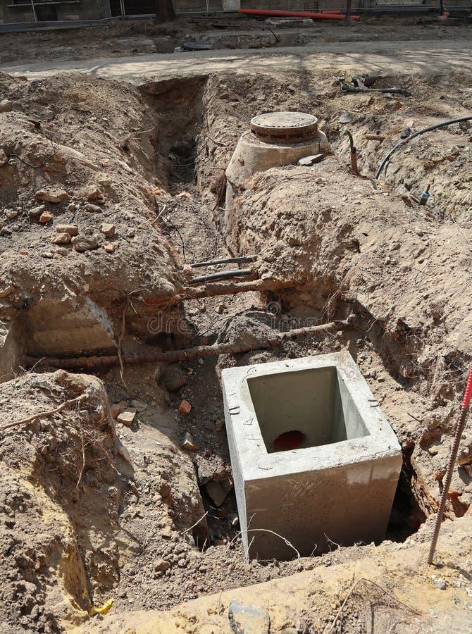 Aanleg van wegen met kanalisatie in de stad royalty-vrije stock afbeeldingen