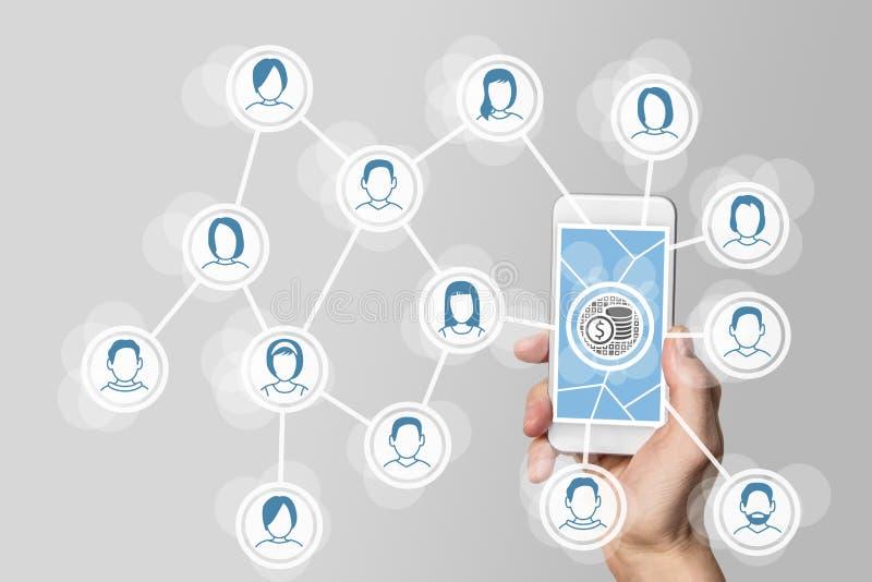 Aanmunting van sociale netwerken via virale en mobiele marketing met smartphone van de handholding royalty-vrije stock foto's
