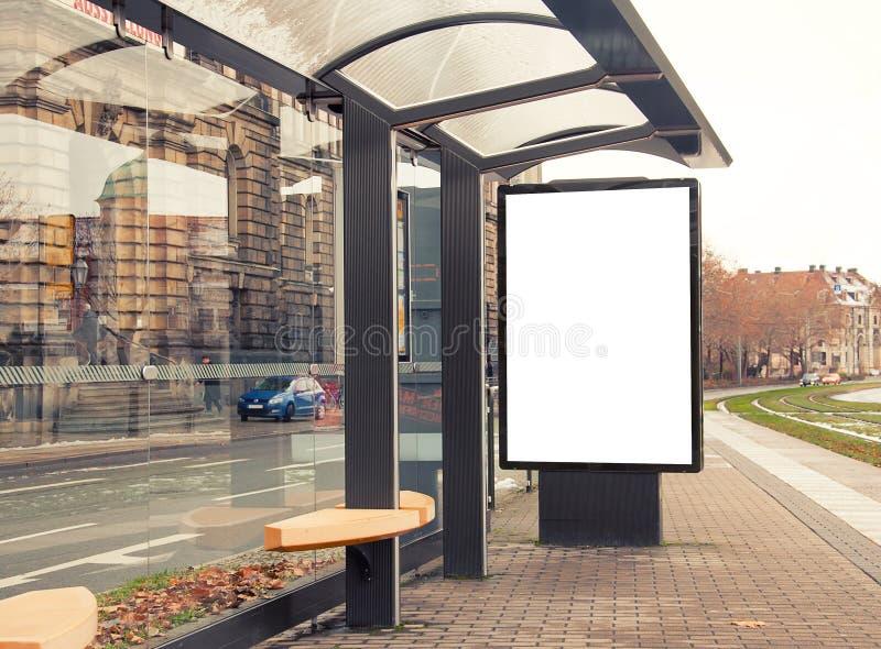 Aanplakbord, banner, leeg, wit bij bushalte stock fotografie