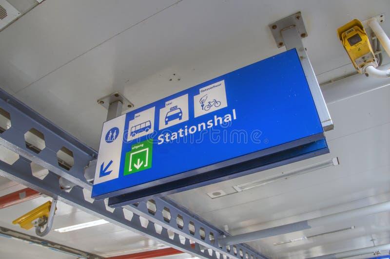 Aanplakbord bij het Station bij het Nederland 2018 van Almere Buiten stock fotografie