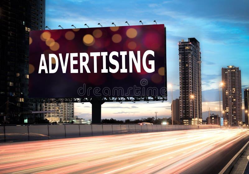 Aanplakbord die op highwa adverteren stock foto's