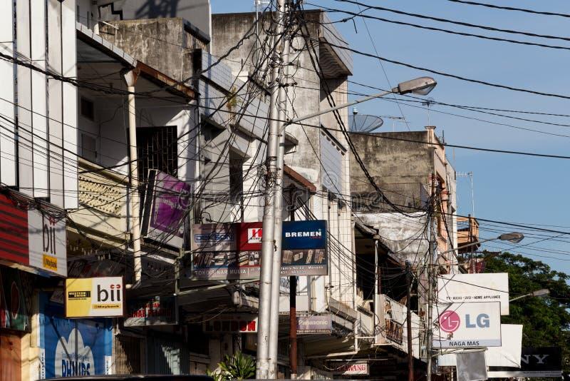 Aanplakborden en communicatie kabels op Manado-straat royalty-vrije stock foto's