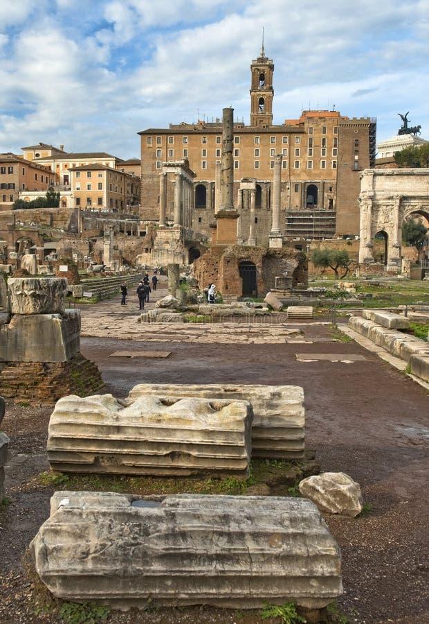Aanraking aan geschiedenis, het Roman Forum, Rome stock foto's
