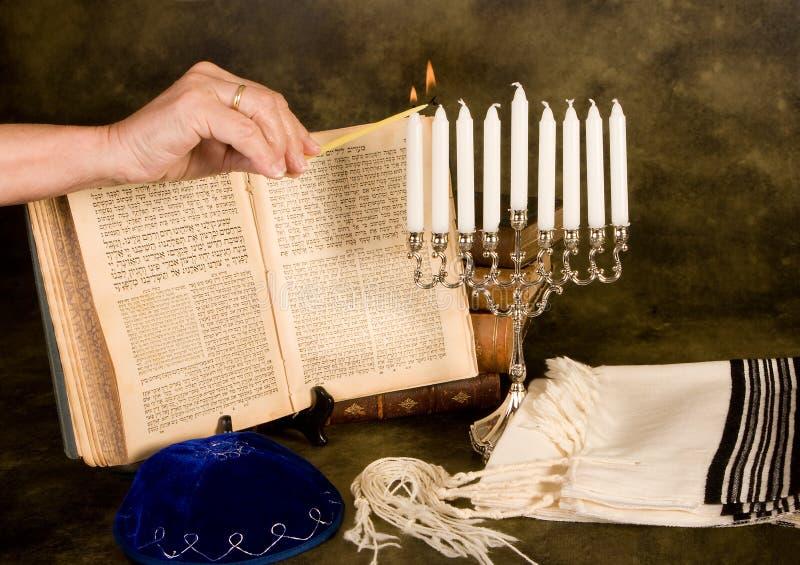 Aanstekende hanukkah kaarsen royalty-vrije stock foto's