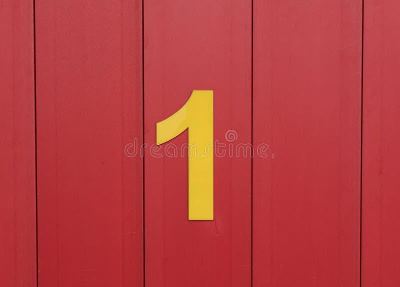 Download Aantal één, Geel, Tegen Helder Rood Hout Wordt Geplaatst Dat Stock Foto - Afbeelding bestaande uit verticaal, aantal: 54078896