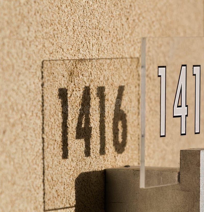 Download Aantal In Bijlage Op Buitenmuur Van Het Gebouw Stock Foto - Afbeelding bestaande uit helder, stralen: 39113866