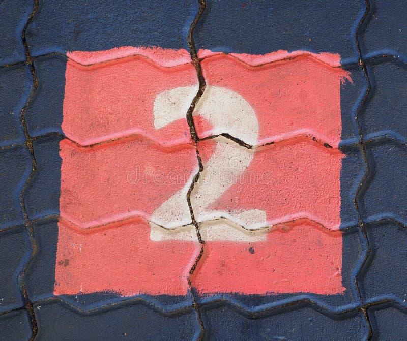 Aantal twee in een vierkant is op de voetpadspeelplaats royalty-vrije stock foto