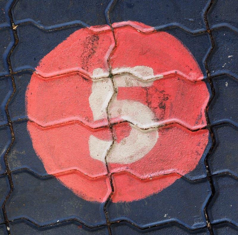 Aantal vijf in een cirkel is op de voetpadspeelplaats stock afbeeldingen