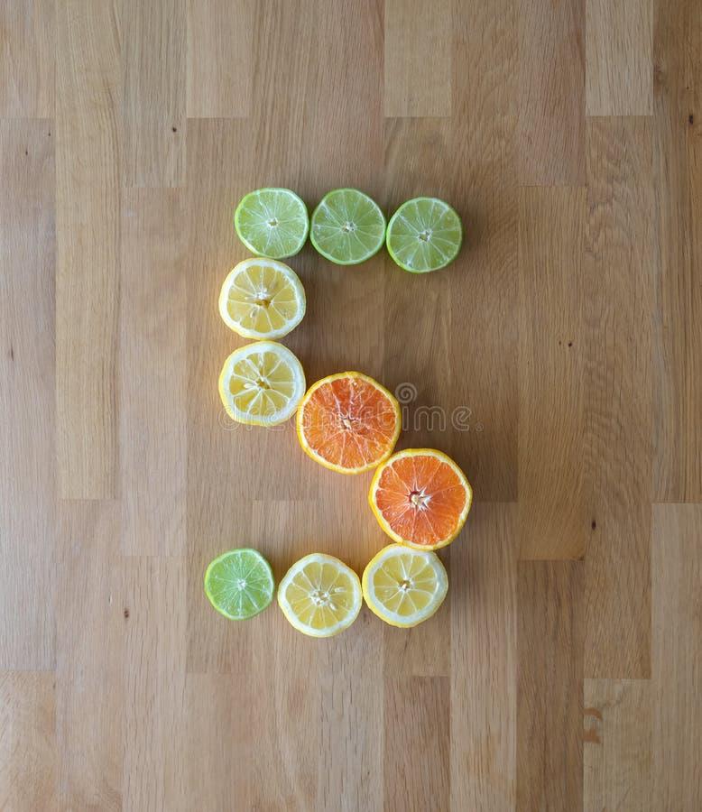 Aantal vijf uit fruit wordt gemaakt dat stock afbeelding